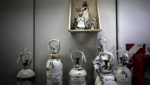 Imagem de uma virgem sobre tubos de oxigênio na UTI do Hospital Naval de Buenos Aires (Argentina)