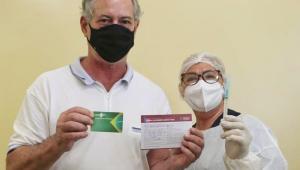 Ciro Gomes posa com a carteirinha de vacinação após ser imunizado contra a Covid-19