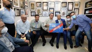 Presidente posa para foto com placa 'CPF cancelado'