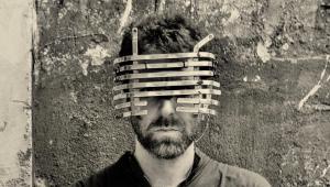 Homem com um objeto na cabeça tampando seus olhos