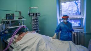 Médica atende paciente com caso grave de Covid-19 em hospital de Budapeste, na Hungria