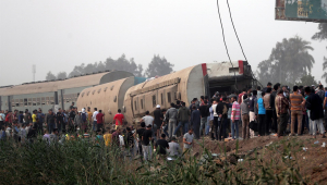 Trem descarrila no Egito e deixa pelo menos 100 feridos