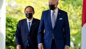 Dois homens em pé de máscara caminhando