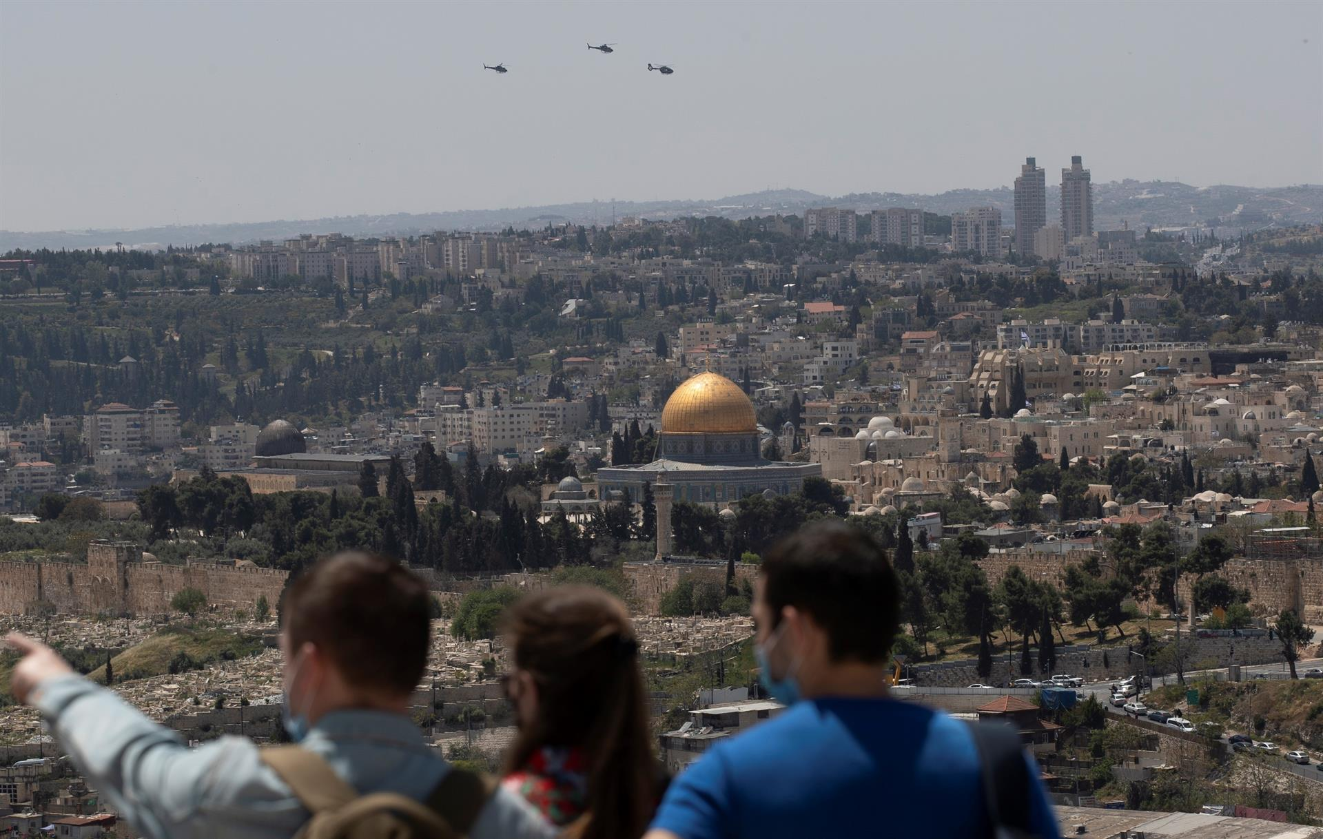 Israelenses observam panorama da cidade de Jerusalém