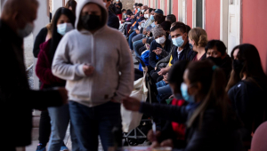 Grupo de pessoas esperam para receber a vacina contra Covid-19 da SinoVac em Santiago do Chile