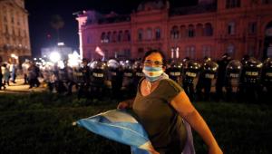 mulher com bandeira e máscara estampados com a bandeira da argentina