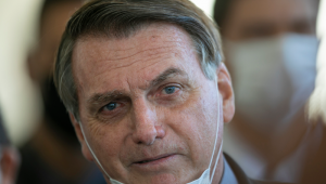Presidente Jair Bolsonaro com a máscara abaixada