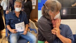 Orlando Morais na cadeira de rodas e abraçado com Gloria Pires