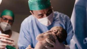 André Rizek com o filho no colo após o parto