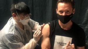 Hugh Jackman sendo vacinado