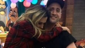 Tatá Werneck abraçando Paulo Gustavo