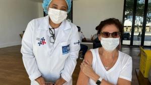 Lilia Cabral após ser vacinada contra a Covid-19