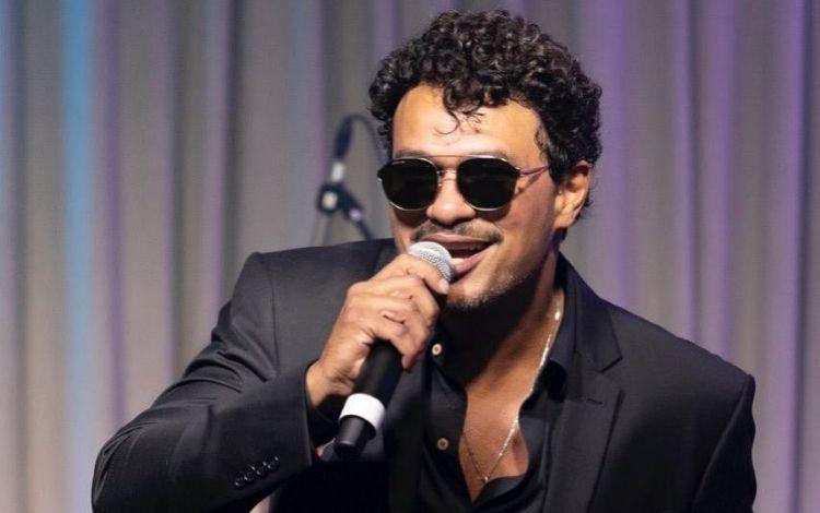 Léo Maia cantando
