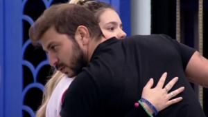 Caio abraçando Viih Tube