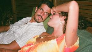 Enzo Celulari deitado com Bruna Marquezine