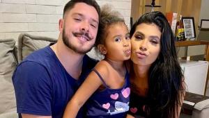Pocah abraçada com a filha e o namorado