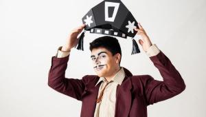 Vitor Rocha com uma chapéu de cangaceiro na mão