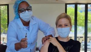 Paula Toller sendo vacinada contra a Covid-19