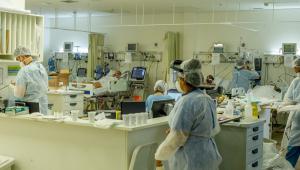 O Hospital da Restinga, na zona sul de Porto Alegre, tem superlotação na emergência e UTI Covid