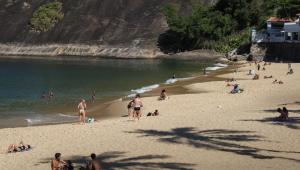 Banhistas descumprem decreto da Prefeitura do Rio de Janeiro e aproveitam a manhã desta segunda-feira (12) na faixa de areia da Praia Vermelha, na Urca, zona sul da cidade