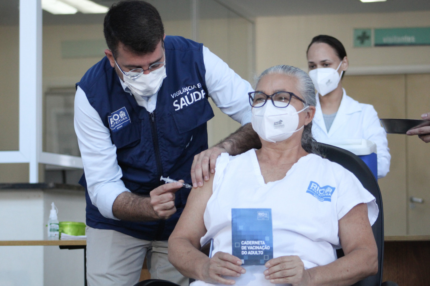 A Secretaria Municipal de Saúde deu início na manhã desta quarta-feira, 14, a aplicação da vacina contra a gripe em trabalhadores da área da saúde, no Hospital Municipal Ronaldo Gazolla, na zona norte do Rio de Janeiro.