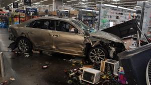 Homem invade loja do Walmart na Carolina do Norte com carro
