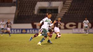 O jogador Davó pegando a bola do adversário