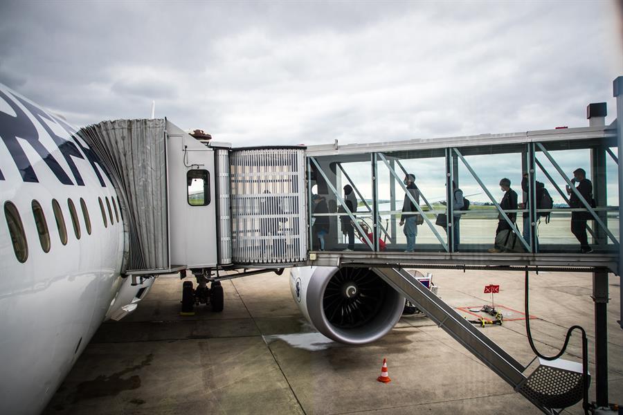 Passageiros embarcam em avião da Air France