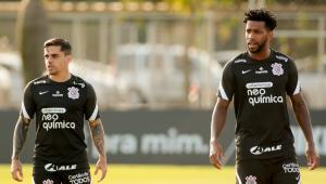 Fagner e Gil durante treinamento no Corinthians