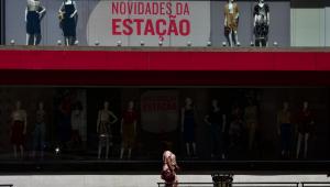 Pessoa andando na Avenida Paulista, São Paulo, durante o feriado antecipado