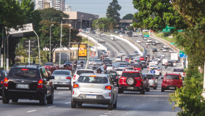 Trânsito na avenida Radial Leste, no trecho entre as estações Belém e Tatuapé da Linha Vermelha do Metrô