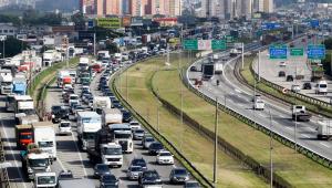 Congestionamento de carros em rodovia