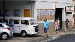 Pessoas entrando no mercado em Araraquara