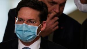 ministro joão roma, homem de cabelos curtos castanhos e óculos de grau e máscara cirúrgica