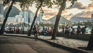 Movimentação intensa na famosa mureta da Urca, na cidade do Rio de Janeiro, RJ