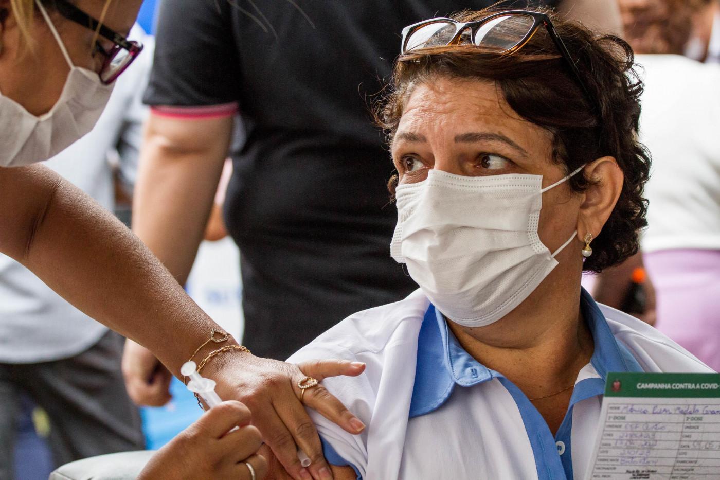 Profissional da educação recebendo vacina contra Covid-19