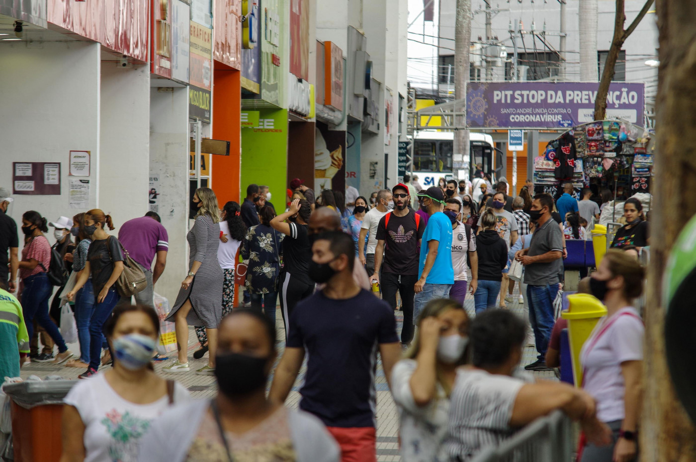 pessoas de máscaras andando na rua