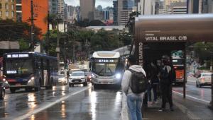 Trânsito e chuva na Avenida Francisco Morato, no acesso à Ponte Eusébio Matoso