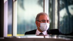 O Ministro da Saúde, Marcelo Queiroga, é visto saindo do prédio do Ministério da Saúde rumo ao Palácio do Planalto em Brasília