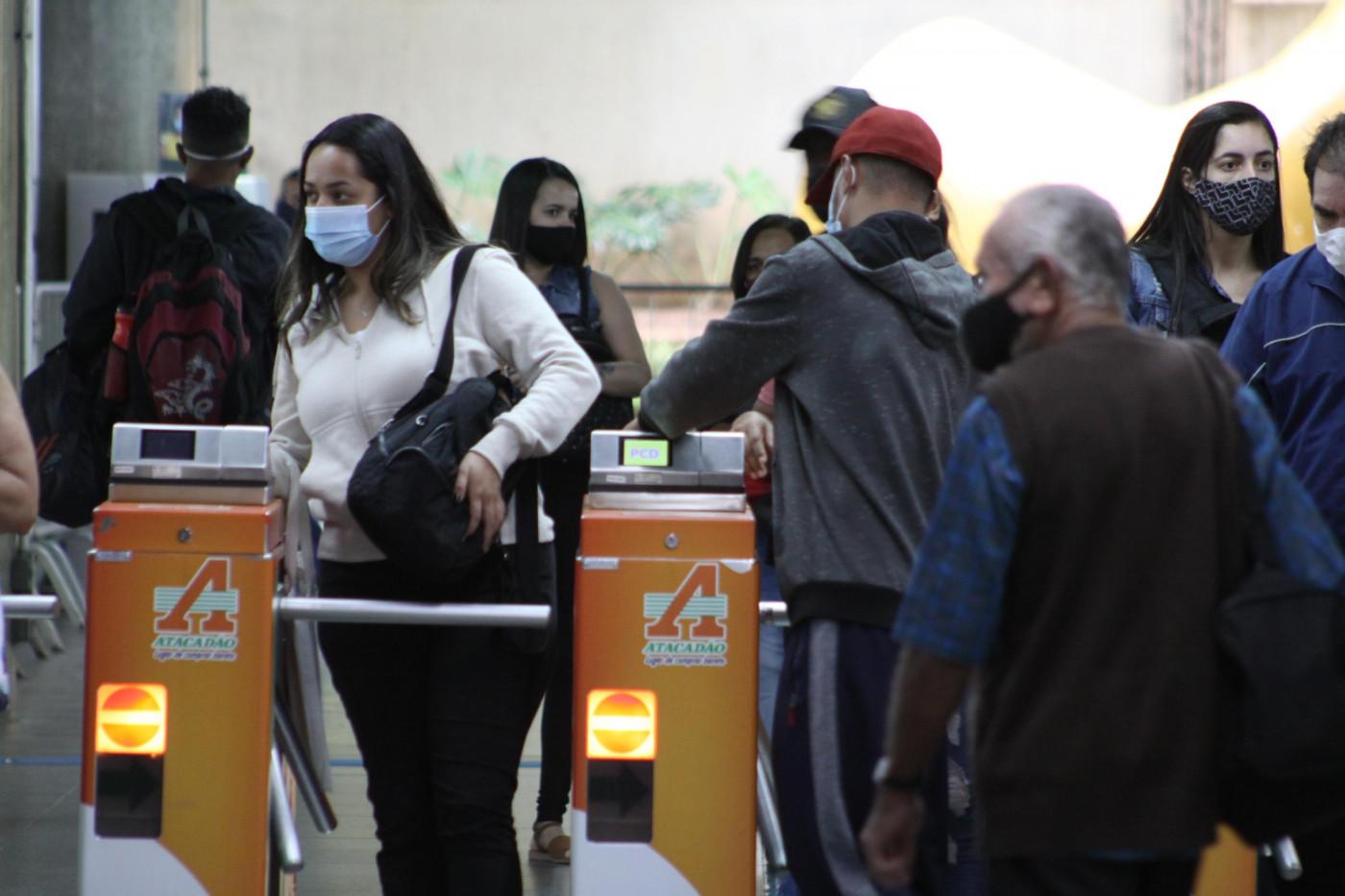 Pessoas passando pela catraca da Linha 3-Vermelha da Estação Sé em São Paulo (SP)