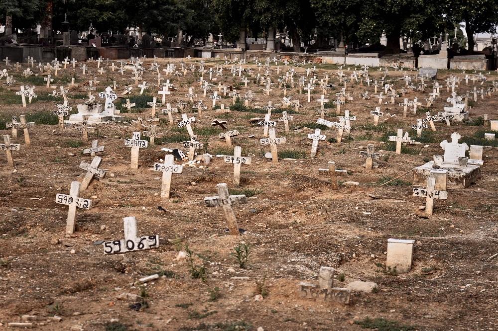 Cruzes e covas no Cemitério São Francisco Xavier (Cemitério do Caju), na cidade do Rio de janeiro, nesta Quarta-Feira (28