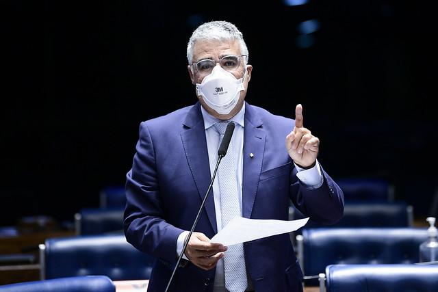Senador discursa de máscara no plenário