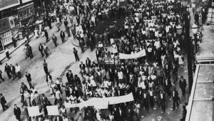 Trabalhadores se reúnem no centro da cidade de São Paulo durante greve no ano de 1953