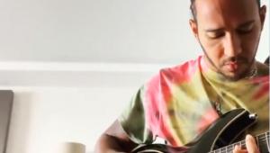 lewis hamilton tocando guitarra