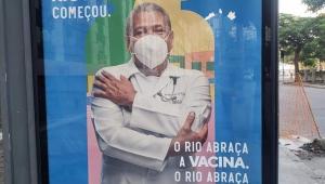 Campanha do governo do RJ mostra homem com máscara KN95 de cabeça para baixo
