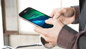 Pessoa segurando celular da LG