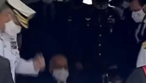 ministro luiz eduardo ramos de máscara caindo no chão