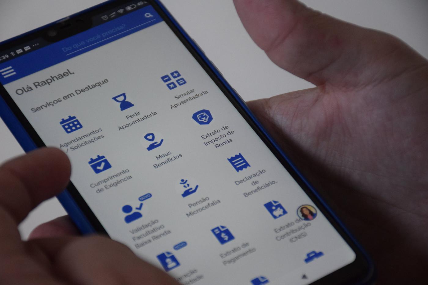 Pessoa acessando aplicativo da Receita Federal em seu celular