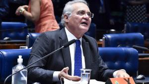 Sentado na sua mesa no plenário do Senado, Renan Calheiros (MDB-AL) se pronuncia durante discussão sobre empréstimos entre a União e bancos internacionais para financiar ações de combate à pandemia