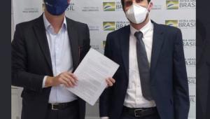 O ministro do meio ambiente, Ricardo Salles, ao lado do diretor da Heineken Mauro Homem